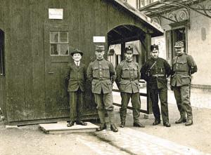 Schweizer Grenzwächter und Soldaten an einer Wachstation in Kreuzlingen. (Bild: zvg)