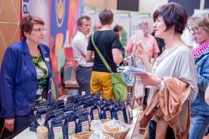 An zahlreichen Infoständen konnten sich die Veranstaltungsteilnehmer über gesunde Lebensmittel informieren und diese auch direkt probieren. (Bild: zvg)