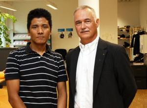 Unternehmer Lorenz Signer und einer seiner Mitarbeiter, ein Flüchtling aus dem Tibet. (Bild: zvg)