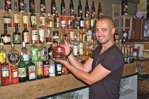 Edle Spirtituosen sind seine Leidenschaft: Elvis Fernandez mit einer Flasche Rum der Marke Vizcaya. Sein Haus-Rum ist und bleibt aber Havana Club.(Bild: sb)