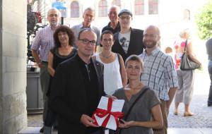 Eine Delegation des Arbeitskreises «Roma-Solidarität – Alle Kinder bleiben hier!»um Susanne Scheiter übergibt OB Burchardt die Unterschriftenlisten. (Bild: zvg)