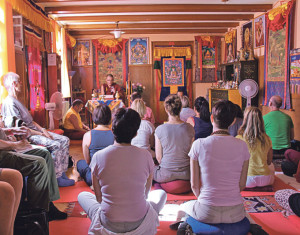 Khenchen Nyima Gyaltsen hält seinen Vortrag auf Tibetisch.(Bild: ek)