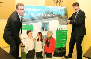 HEV-Geschäftsführer Thomas Dufner (li.) und Präsident Gallus Müller überzeugen sich vom einfachen Aufbau der neuen Informationsbanner. (Bild: zvg)