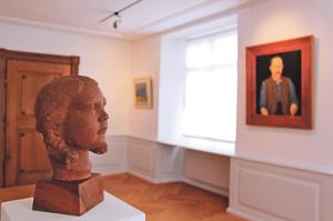 Eine Plastik von Friedel Grieder im Dialog mit einem Selbstportrait von Adolf Dietrich. (Bild: ek)