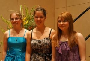 Die drei besten Maturantinnen der PMS in diesem Jahr: Daniela Balzli (im blauen Kleid) mit Vanessa Ippolito (Mitte) und Ann-Kathrin Bauer (rechts. (Bild: zvg)