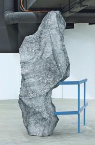 «Preserved Consequences», eine Arbeit von Keller, die er an den Swiss Art Awards ausgestellt hat. Der vermeintliche Stein ist ein erhitzter und verformter Styroporblock. (Bild: Guadalupe Ruiz)