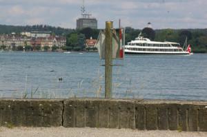 An der Todesstelle am Parkufer weist ein Schild Schiffen den Weg. (Bild: sb)