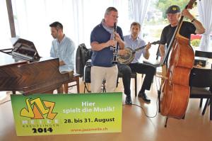 Gaben eine kleine Kostprobe ihre Können: Die Musiker um JazzMeilen-Vizepräsident Kurt Lauer (2.v.l.). (Bild: sb)