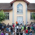 Gemeindeammann Markus Thalmann eröffnet das Jugendcamp vor der Bürgerhalle. v.l.n.r. Markus Thalmann, Gordon Merk, Heiner Merk, Christine Merk. (Bild: Silas Wuttke)