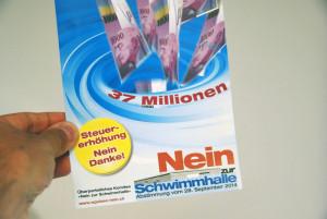 Mit diesem Flyer argumentieren die Schwimmbad-Gegner. (Bild: tm)