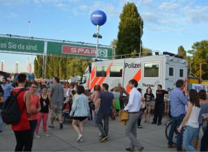 Die Kantonspolizei Thurgau betrieb am «Fantastical» einen mobilen Polizeiposten im Eingangsbereich. (Bild: Matthias Graf/Kantonspolizei Thurgau)