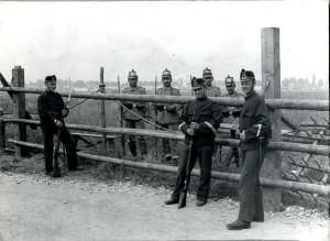 Schweizer Soldaten begegnen Badischen Jägern an einem Grenzzaun am Hochrhein: Herbst 1914. (Bild: zvg)
