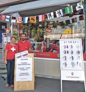 Tobias und Judith Müller vor ihrem Edelweiss Laden.Bild: gb