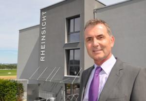 Andreas Engeli vor der neuen Niederlassung von Fleischmann Immobilien in der Überbauung Rheinsicht in Tägerwilen. (Bild: zvg)