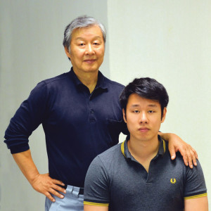 Vater Johann Hwang mit seinem ebenfalls als TCM-Therapeut ausgebildeten Sohn Simon Hwang. (Bild: zvg)