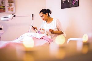 Die Kosmetikerin Goga Mandlin verwöhnt eine Kundin.(Bild: zvg)