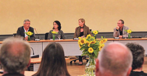 Ernst Zülle (l.), Barbara Jäggi-Gretler (2.v.l.) und Thomas Beringer sprachen unter der Leitung von Martina Eggenberger Lenz über ihre Qualifikationen und Ideen für den Stadtratssitz. (Bild: ek)