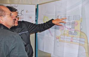 Die wenigen anwesenden Bürger schauten sich die Pläne für die neue Abwasserreinigungsanlage Rietwies dafür umso genauer an. (Bild: Thomas Martens)