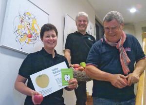 Gemeinderätin Monika Brauchli, Gemeindeammann Beat Pretali und Maler Kurt Lauer (v.l.) freuen sich auf die Ausstellung im Gemeindehaus. (Bild: tm)