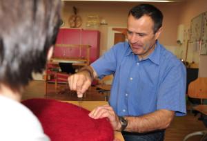 Präsident Urs Schneider zusammen mit einer Bewohnerin beim Filzen eines Sitzkissens in Herzform. (Bild: zvg)