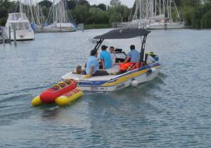 Mit dem Motorboot ging's hinaus auf den See. (Bild: zvg)