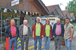 Freuen sich über die Auszeichnung (v.l.): Bruno Rieser, Rolf Uhler (beide Betriebskommission), die Betreiber Wädi und Christina Lerch, Harald Zecchinel (Betriebskommission) sowie Ruedi Wolfender von der Stadt. (Bild: T. Martens)