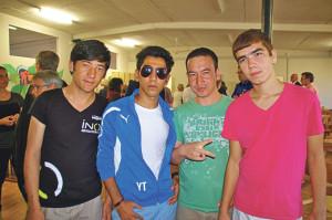 Szenen aus demFlüchtlingscafé: Vier junge Afghanen posen für ein Foto.