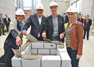 Margit und Dieter Flechsenberger sowie Holger und Bettina Gruel (v.l.) bei der Grundsteinlegung des neuen Hotels. (Bild: Thomas Martens)
