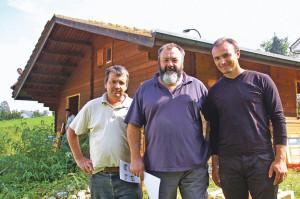 V.l.: Emil Bügler, Fredi Schleier vom Verein Promot aus Chur und Pfarrer Peter Szeghljanik aus der Ukraine.(Bild: sb)
