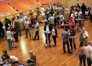 Wie auf dem Markt: Reger Austausch am achten Neuzuzüger-Anlass im Dreispitz Sport- und Kulturzentrum. (Bild: zvg)