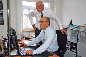 Ein «nachhaltiges Ertragswachstum» bilanzieren Finanzchef Thomas Knupp und Stadtammann Andreas Netzle (stehend). (Bild: sb)