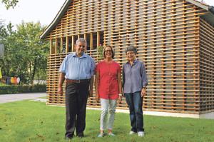 Pfarrer Damian Brot, seine Frau Janet und Märchenerzählerin Carola Schaad haben viele Ideen, um das Haus Weisser zu beleben. (Bild: sb