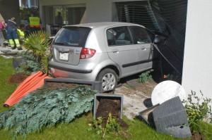 Das Fahrzeug prallte frontal in die Hausfassade. (Bild: Kapo TG)