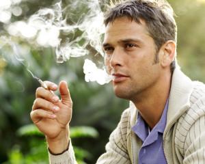 Weniger Menschen sollen dem Rauchen verfallen. (Bild: Archiv)