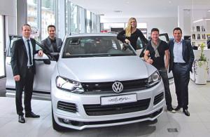 Jesus Joga (r.) übergibt Felix Baumgartner (2.v.r.) seinen neuen VW.
