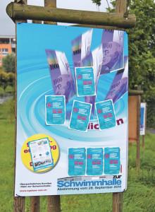 Plakate gegen die Schwimmhalle, verunstaltet mit Ja-Flyern. (Bild: ek)