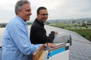 Hoch über der Tägerwiler Kompostieranlage mit Solarzellen auf dem Dach zeigen sich Gemeindeammann Markus Thalmann und der Solar-Architekt Peter Dransfeld erfreut über die gute Wirkung der Photovoltaik-Module. (Bild: zvg)