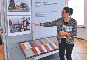 Bettina Hedinger vom Amt für Denkmalpflege erläutert die Tafeln. (Bild: sb)