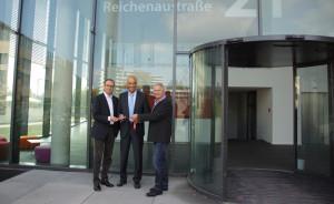 Schlüsselübergabe fürs neue Veranstaltungshaus: OB Uli Burchardt, IHK-Geschäftsführer Prof. Dr. Claudius Marx und Heinz Knast von centrotherm (von links). (Bild: zvg)