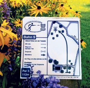 Nicht so leicht zu entdecken: Aus Gründen des Naturschutzes sind die auf Pfählen montierten Schilder für den Disc-Golf-Kurs klein und unauffällig. (Bild: zvg)