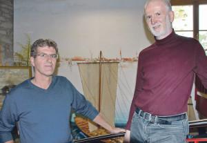 Seemuseum-Leiter Walo Abegglen und Rolf Huber am Treppenaufgang vor der Wand, die Huber als erste Arbeit 1997 gefertigt hatte. Sie zeigt eine Szene vom Konstanzer Trichter. (Bild: Thomas Martens)