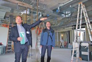 Spitaldirektor Stephan Kunz und Stephan Winkler vom Hochbauamt des Kantons erläuterten die Bauarbeiten beim Spital Münsterlingen. (Bild: Thomas Martens)