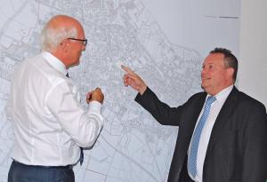 Stadtammann Andreas Netzle und Stadtschreiber Thomas Niederberger zeigen auf den favorisierten Standort des geplanten Stadthauses. (Bild: Thomas Martens)