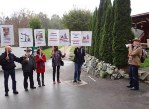 Die Demo vor Vettels Haus. (Bild: zvg)