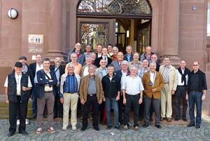 Der Männerchor Harmonie vor dem Rathaus in Wolfach. (Bild: zvg)