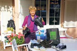 Elvira Zuppinger sortiert zwei Tüten mit Spendenartikeln.(Bild: sb)