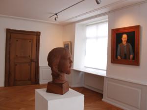 Thurgauer Kunst im Rosgartenmuseum. Im Hintergrund ein Selbstportrait von Adolf Dietrich. (BIld: ek)
