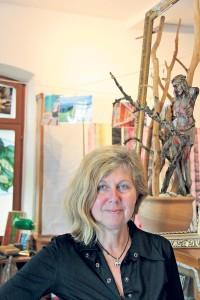 Elke Arndt in ihrer Galerie samt Atelier. Von veredeltem Schwemmholz bis zu Kreuzlingen Pop-Art findet sich hier viel Interessantes. (Bild: ek)