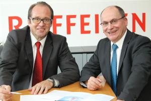 Thomas Bachofner (links) ergänzt mit seinem Know-how im Private Banking die Strategie der ganzheitlichen Beratung, die der Bankleiter der Raiffeisenbank Tägerwilen, Josef Maier, entwickelt hat. (Bild: zvg)