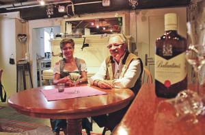 Der Pächter Werner Thörig mit Gastgeberin Andrea Lutz im neu eingerichteten Sandbühlkeller.(Bild: ek)